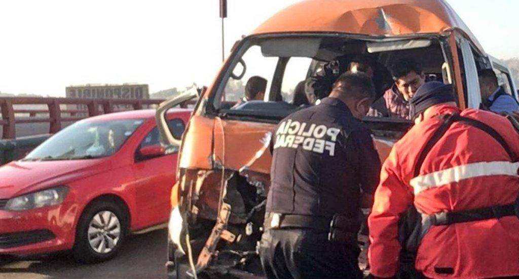 Chocan combi y tráiler en la México-Pachuca; hay al menos 10 lesionados - Personal de la Policía Federal en labores de apoyo a los lesionados por el choque en la México-Pachuca. Foto de @MojicaAg