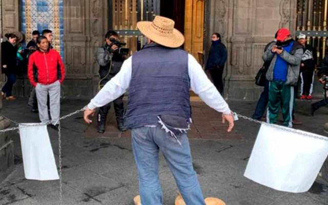 Comerciante se encadena en Palacio del Ayuntamiento de la Ciudad de México - Comerciante encadenado en Palacio del Ayuntamiento de la CDMX. Foto de Excélsior