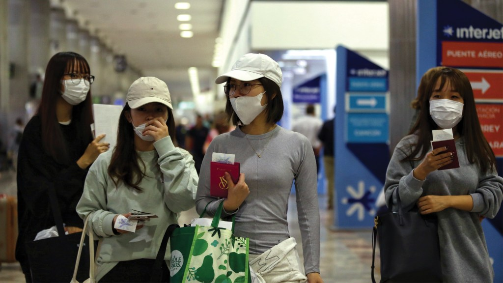 Hospitalizan en Los Ángeles a pasajero procedente de México por posible coronavirus - Foto de EFE