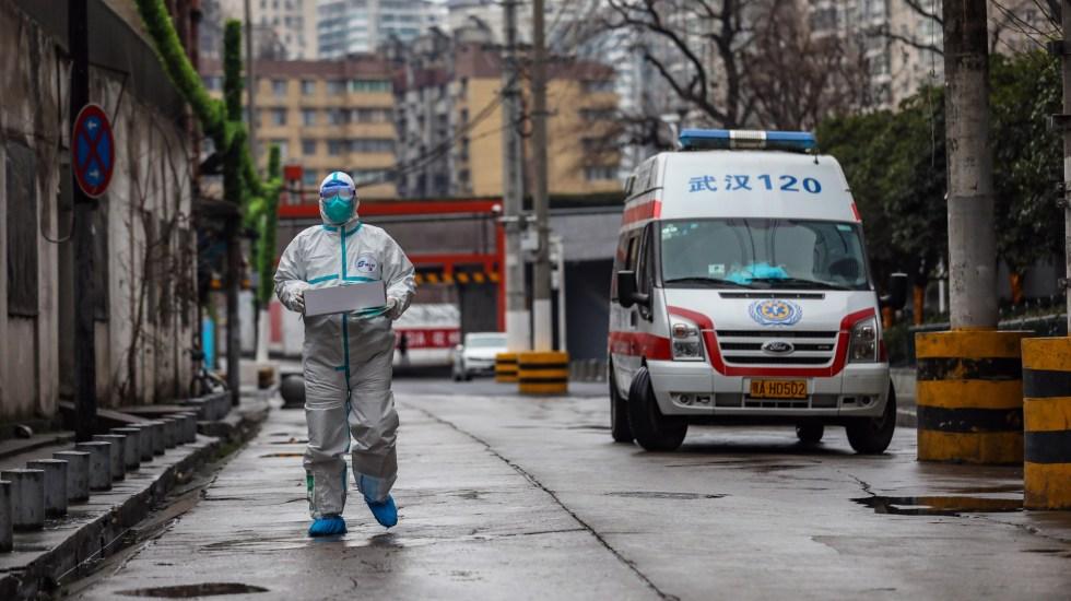 China alarga vacaciones del Año Nuevo lunar por coronavirus - Desde que inició el brote, empleados de los servicios sanitarios de China trabajan en jornadas maratonianas. Foto de EFE