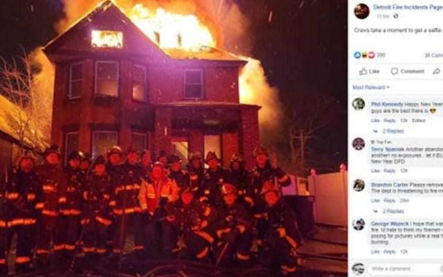 Foto de un grupo de bomberos en EE.UU. ante una casa en llamas se hace viral - Foto de Univision