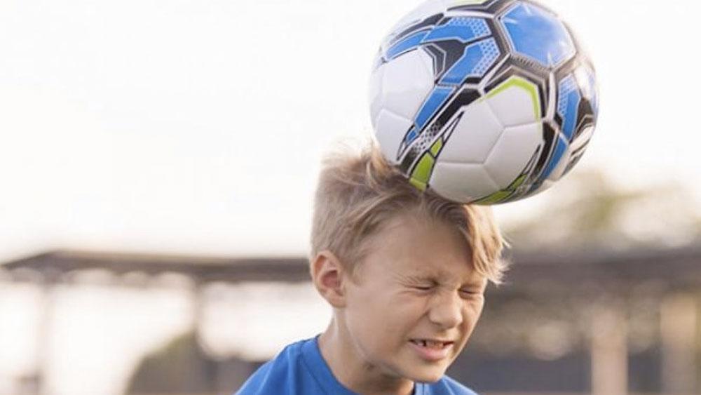 El país que prohibió a niños cabecear balones