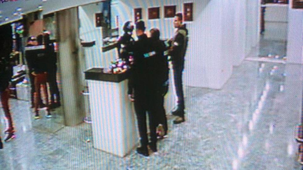 Oposición denuncia acoso de cara a posible reelección de Guaidó en AN de Venezuela - Funcionarios de la Policía Nacional Bolivariana y del Servicio Bolivariano de Inteligencia en hotel donde se hospedó oposición venezolana, previo a la sesión de la Asamblea Nacional. Foto de @Presidencia_VE