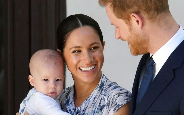 Harry y Meghan rompen con la monarquía con un lucrativo futuro a la vista - Harry, Meghan y su hijo Archie. Foto de EFE