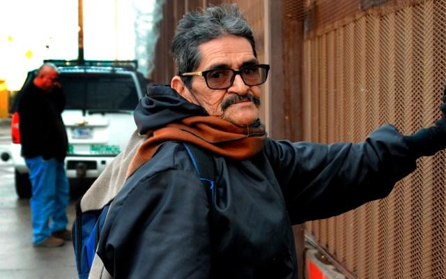 SRE condena que EE.UU. envíe a solicitantes de asilo a Guatemala - Hombre en muro fronterizo entre México y Estados Unidos. Foto de EFE