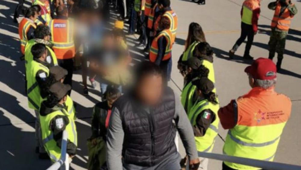 Deportan a 240 hondureños en dos aviones desde México - Foto de @INAMI_mx