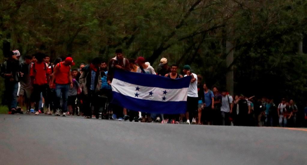 Caravana de migrantes hondureños cruzan hacia Guatemala y van camino a México