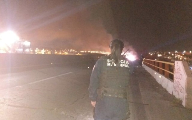 Incendio de tráiler provoca cierre de libramiento norponiente de Querétaro - Foto de @SSPyTMElMarques