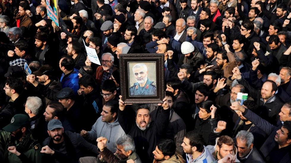 Irán llevará el asesinato de Soleimani ante la justicia internacional - Manifestante alza un retrato del difunto comandante de la Fuerza Quds de los Guardianes de la Revolución de Irán, Qasem Soleimaní, durante una protesta multitudinaria contra EEUU, este viernes en Teherán, Irán. Foto de EFE/Abedin Taherkenareh.