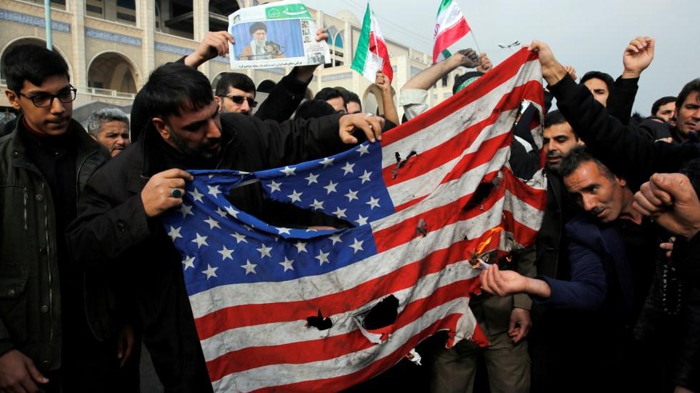 """""""No me meto en eso"""", dice López Obrador sobre conflicto entre EE.UU. e Irán - Iraníes queman bandera de EE.UU. tras asesinato del general Qasem Soleimani. Foto de EFE"""