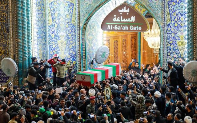 Restos del general Soleimani llegan a Irán para funeral - La gente llora junto a los ataúdes de Abu Mahdi al-Muhandis y Qassem Soleimani asesinados, durante una procesión fúnebre en Najaf, Irak. Foto de EFE