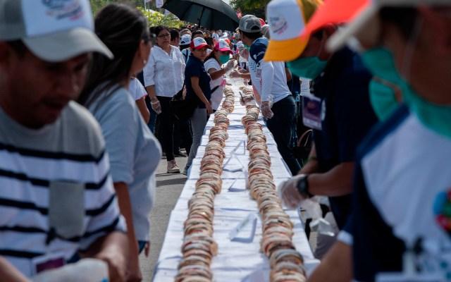 Dan Récord Guinness a ciudad yucateca por la rosca de Reyes más larga - La rosca de Reyes más grande del mundo fue elaborada en Tizimín, Yucatán. Foto de EFE