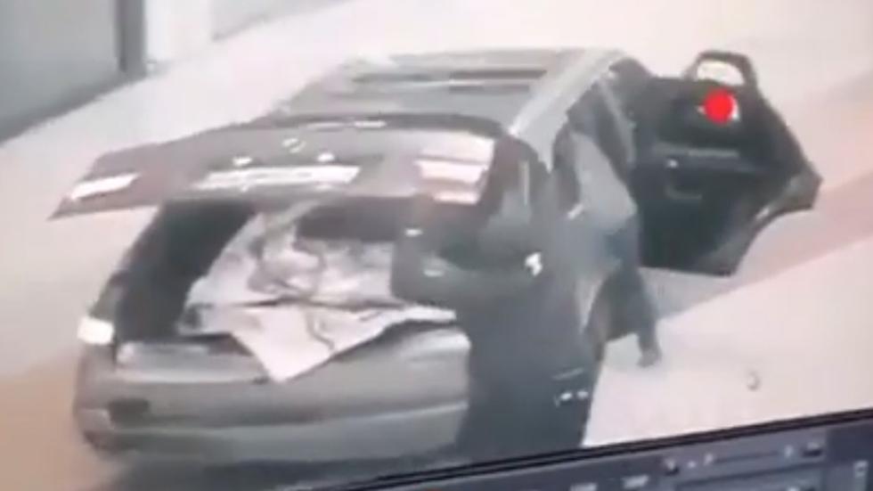#Video Ladrones entran con auto a centro comercial para robar - Ladrones irrumpieron en centro comercial de España para robar. Captura de pantalla