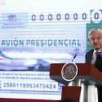 Presentan 'cachito' del Avión Presidencial; Conferencia de AMLO (28-01-2020) - MEX3863. CIUDAD DE MÉXICO (MÉXICO), 28/01/2020.- El presidente de México, Andrés Manuel López Obrador, habla durante su rueda de prensa matutina este martes, en el Palacio nacional en Ciudad de México (México). Obrador aumentó este martes la polémica para deshacerse del avión presidencial, un Boeing 787 adquirido en 2015 con un costo millonario, al mostrar el diseño del boleto para el potencial sorteo. El mandatario dijo que la semana próxima resolverá el tema ya que sostendrá una reunión con los participantes del gabinete sobre este asunto. EFE/ José Méndez