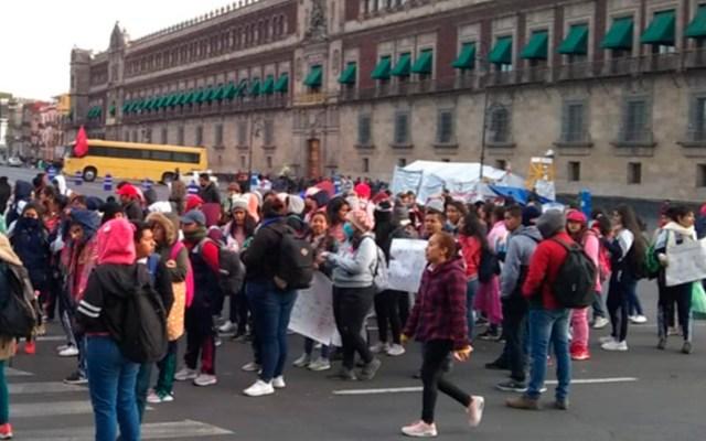Manifestantes exigen liberación de presos políticos en Palacio Nacional - Manifestantes frente a Palacio Nacional. Foto de @OVIALCDMX