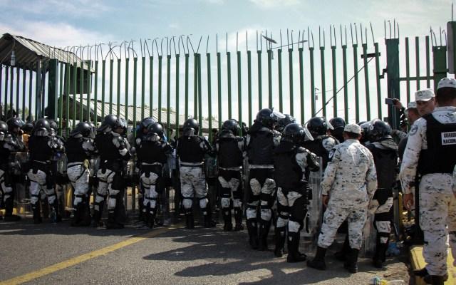 EE.UU. elogia a México por contención de migrantes en frontera con Guatemala - Miembros de la Guardia Nacional al resguardo del Puente Internacional Rodolfo Robles que divide a México con Guatemala. Foto de Notimex