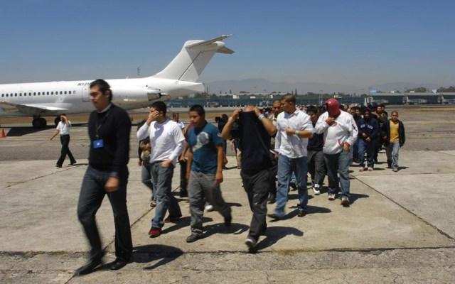 Aterriza en Guatemala el primer vuelo de deportados por EE.UU. de 2020 - Migrantes guatemaltecos deportados de EE.UU. Foto de Soy 502 / Archivo