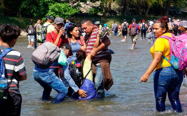 Migrantes prevén reagruparse para cruzar a México - Migrantes intentaron cruzar hacia México por el río Suchiate. Foto de EFE