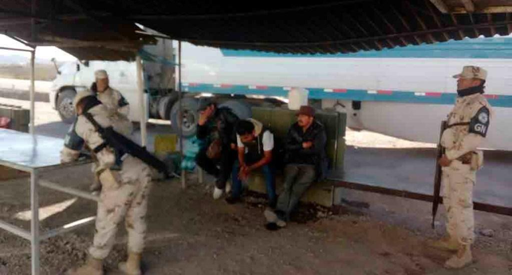 Aseguran en Sonora a 108 migrantes centroamericanos; viajaban hacinados en dos autobuses - Soldados de Sonora detienen a 108 migrantes centroamericanos
