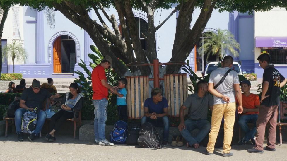 Centenares de migrantes se reúnen en la frontera entre México y Guatemala - Migrantes de origen hondureño toman un descanso, este viernes, en una plaza en la ciudad fronteriza de Tecún Umán en Guatemala. Foto de EFE