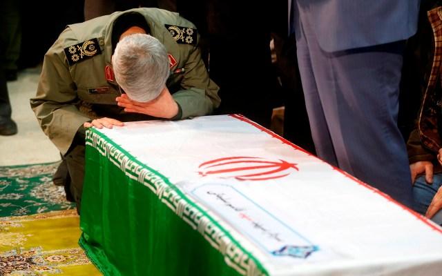 Irán clama venganza entre muestras de dolor en funeral de Soleimani - Militar llora frente al ferétro de Soleimani. Foto de EFE