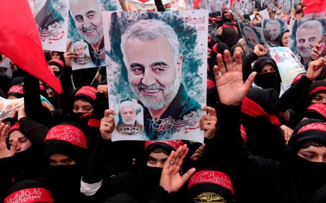 Trump autorizó asesinato de Soleimani hace siete meses, según NBC - Musulmanes chiítas paquistaníes sostienen fotos del general Qasem Soleimani en protesta por su asesinato. Foto de EFE