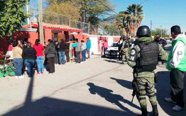 Denuncian a intendente de kínder de Torreón por abuso sexual a ocho niñas - Padres de familia intentaron ingresar por la fuerza al kínder para agredir al intendente. Foto de Milenio