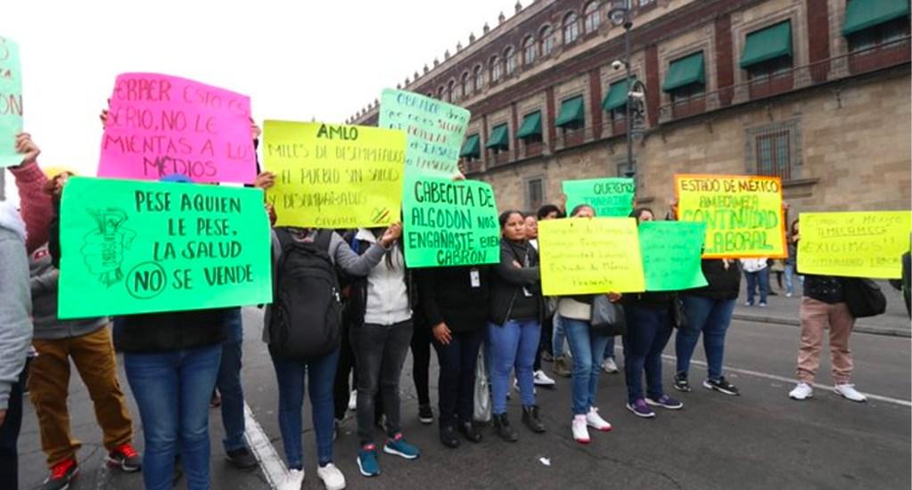 Trabajadores del Seguro Popular se manifiestan afuera de Palacio Nacional