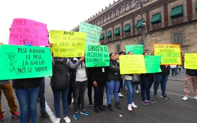 Trabajadores del Seguro Popular se manifiestan afuera de Palacio Nacional - Trabajadores del Seguro Popular se manifiestan afuera de Palacio Nacional