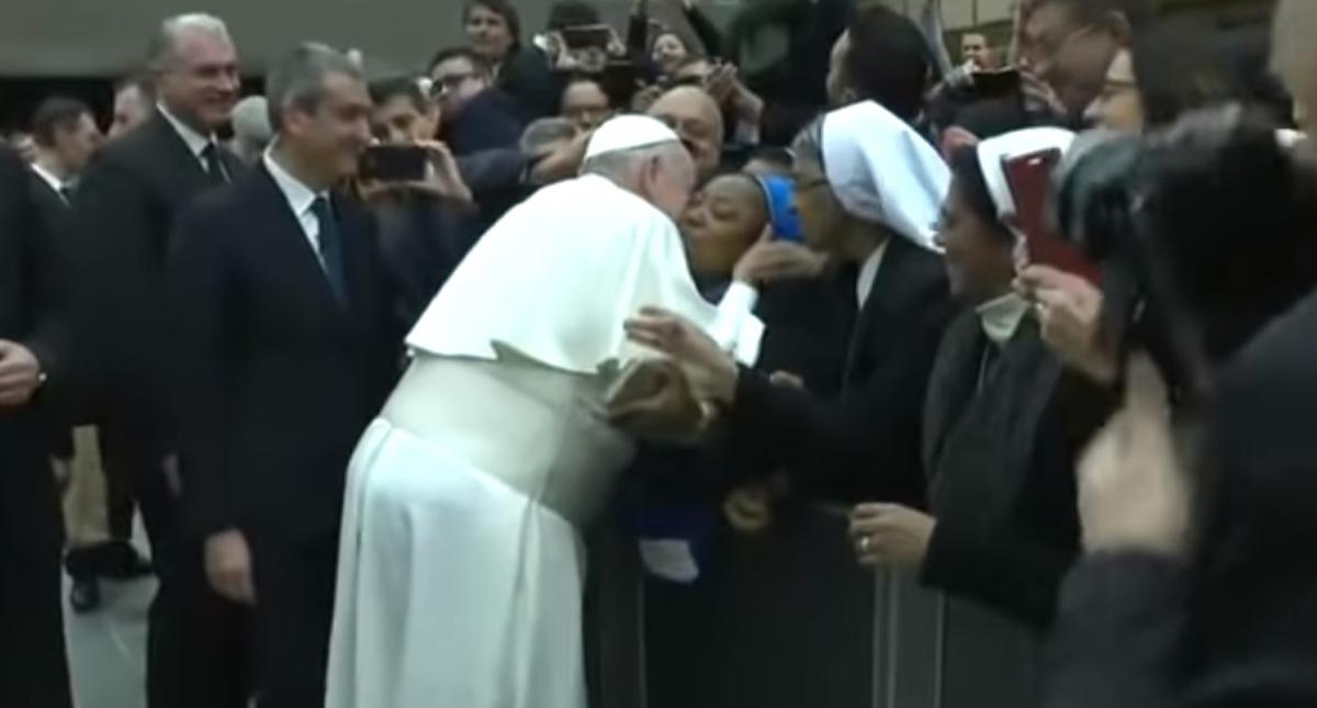 El Papa bromea con una monja: