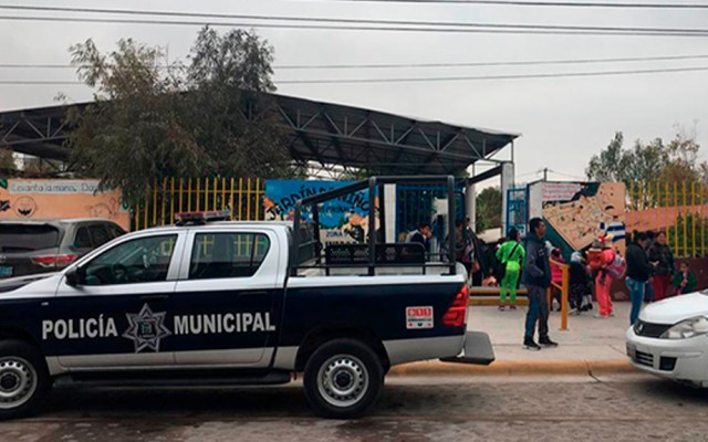 Roban en Querétaro equipo escolar a varias escuelas - Patrulla afuera de kínder del que robaron equipo escolar, en Querétaro. Foto de @Queretaro24_7