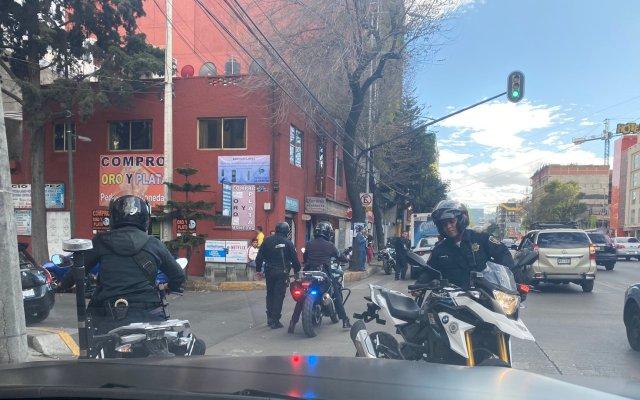 Suspenden a policías implicados en agresión a Alfredo Saldívar y su esposa - Imagen de los policías implicados en agresión a Alfredo Saldívar y su esposa. Foto de @Marianagrl