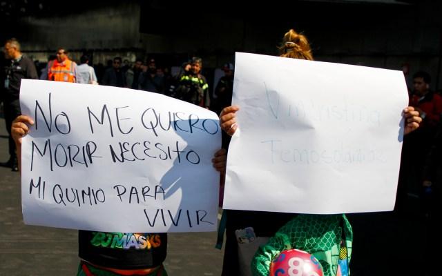 Piden activar en México el 'Código cáncer' para atención integral a pacientes - Protesta de padres y niños con cáncer en el AICM por desabasto de medicamentos