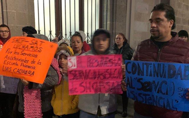 Trabajadores del SAT y Hacienda protestan afuera de Palacio Nacional - La protesta de trabajadores de SHCP y SAT en inmediaciones de Palacio Nacional. Foto de @israellorenzana