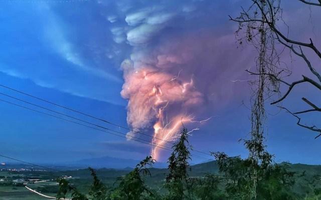 #Video Desalojan a miles en Manila tras erupción de ceniza del volcán Taal - Relámpagos volcánico tras erupción de ceniza del volcán Taal. Foto de Domcar Lagto