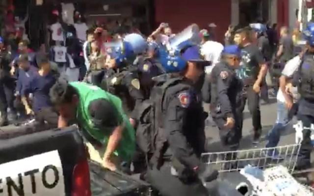 Enfrentamiento entre comerciantes y policías en Centro de la CDMX - Foto de Jorge Serratos