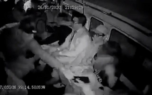 #Video Con cada vez más cinismo, asaltantes roban celulares en combi - Robo de celulares en combi de Naucalpan. Captura de pantalla