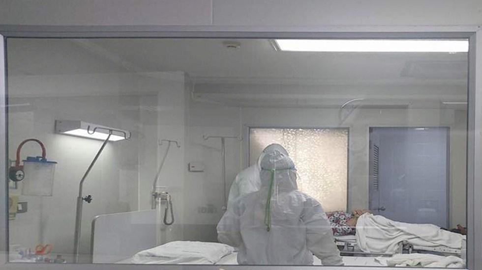 Bajo observación un probable caso de coronavirus en México - Foto de Archivo. Personal médico atiende a paciente tailandés de 70 años, sospechoso de estar infectado por coronavirus después de viajar de la ciudad china de Wuhan. Foto de EFE / EPA / NAKHON PATHOM HOSPITAL