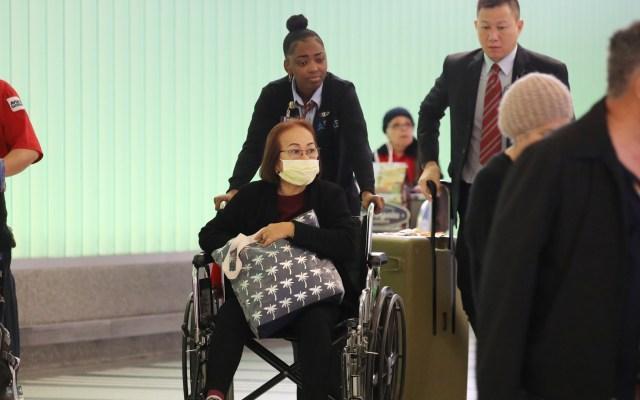 Nueva York está en alerta ante caso de nuevo coronavirus en EE.UU. - Viajero con cubrebocas por nuevo coronavirus en aeropuerto de EE.UU. Foto de EFE