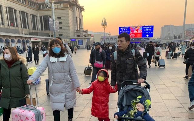 China cierra otras dos ciudades cerca de Wuhan para contener el coronavirus - Viajeros en la Estación Central de Ferrocarril de Pekín que regresan a sus lugares de origen para pasar el Año Nuevo Chino. Foto de EFE/Javier García