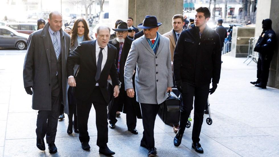 Fiscalía de NY retrata a Weinstein como 'monstruo depredador' en juicio - Weinstein llegó a la corte sin su andadera, pero con dificultad para mantener el equilibrio. Foto de EFE