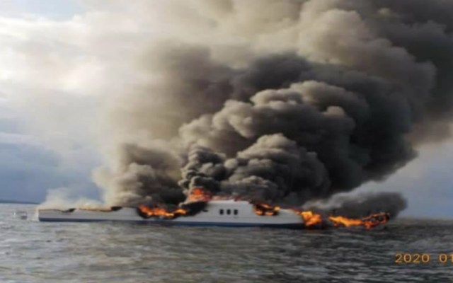 Marina rescata a 12 personas de yate incendiado en Baja California Sur - Foto de @BCSnoticias