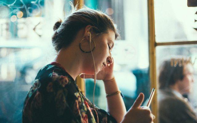 Mexicanos pierden la audición más jóvenes por uso excesivo de audífonos - Foto de Siddharth Bhogra @thefakebhogra