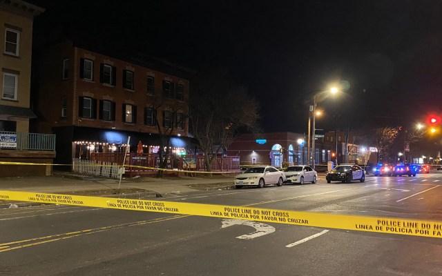 Tiroteo en bar de Connecticut deja un muerto y cuatro heridos - Avenida Franklin acordonada en Hartford, Connecticut, por tiroteo en bar. Foto de @ayahgalal