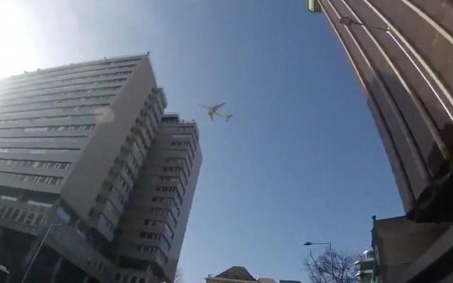 #Video Reacciones de la gente en Madrid por sobrevuelo de avión de Air Canadá - A través de redes sociales, algunos de los testigos del sobrevuelo del Air Canada han compartido las imágenes del avión dando vueltas