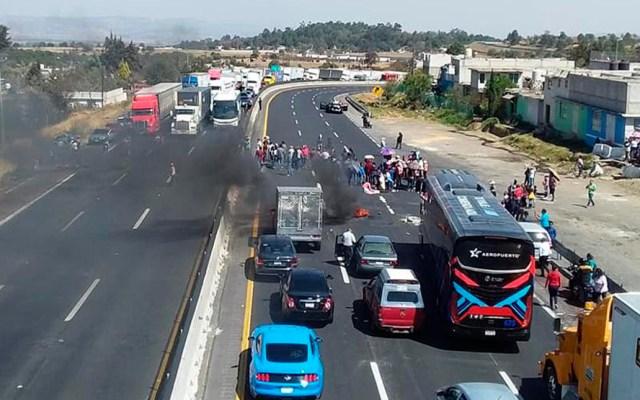 Reabren la México-Puebla tras manifestación de vecinos - Bloqueo de la México-Puebla. Foto de @Antonio_Tribuna