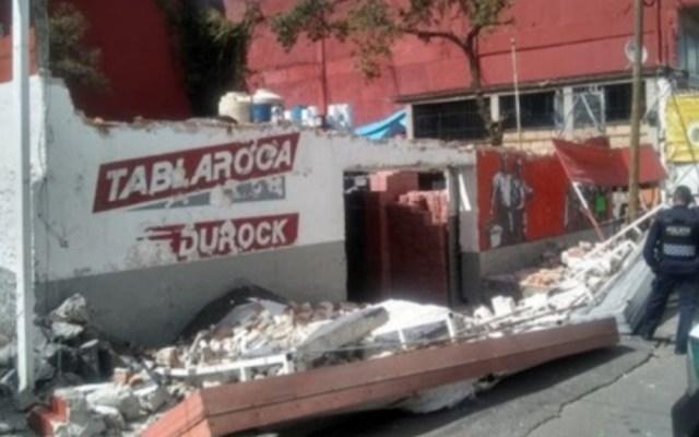 Fuertes vientos en la Ciudad de México dejan al menos seis lesionados - Caída barda materiales construcción Ciudad de México