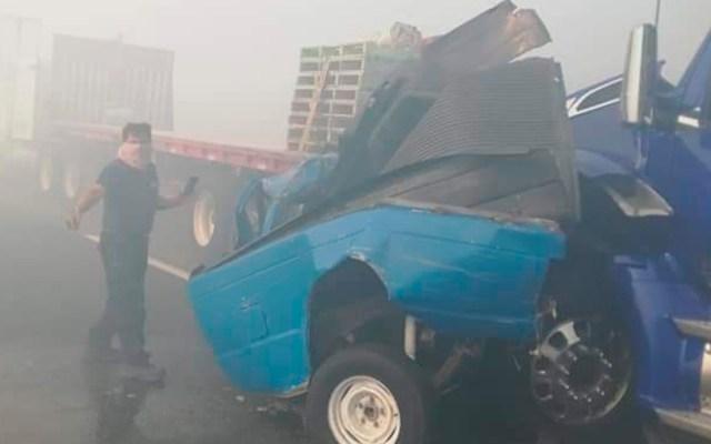 Carambola en Libramiento Nororiente de Toluca deja dos muertos - Camioneta aplastada entre dos tráileres. Foto Especial / Twitter