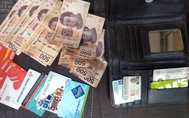 Policías capitalinos devuelven cartera extraviada con 10 mil pesos - Cartera SSC Ciudad de México dinero