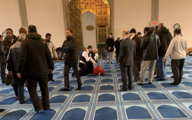 Apuñalan a hombre en una mezquita de Londres - Foto de @MurshHabib